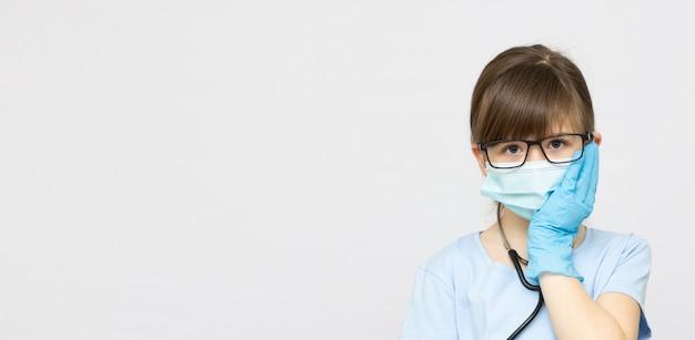 Jeune fille blonde avec mal de dents dans l'espace de copie de bannière de masque médical