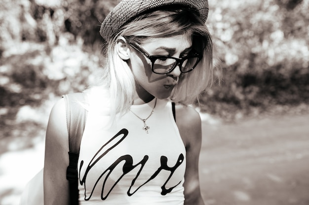 Jeune fille blonde en noir et blanc