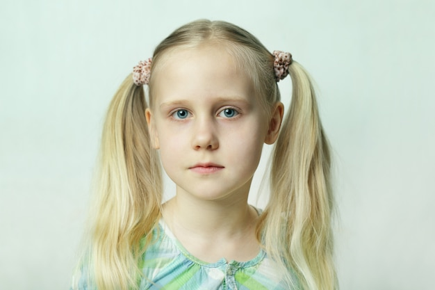 Jeune fille blonde, portrait