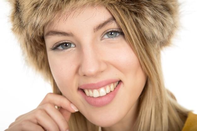 Jeune fille blonde souriante