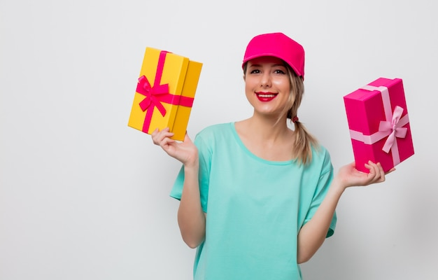 Jeune fille avec boîte cadeau de vacances