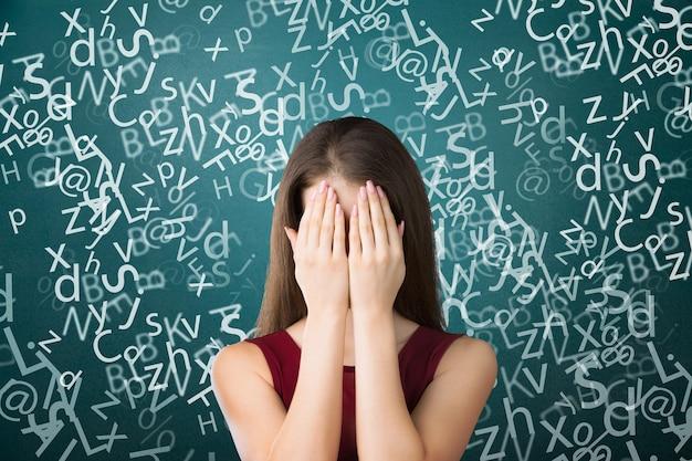 Jeune fille bouleversée mignonne avec la dyslexie - image