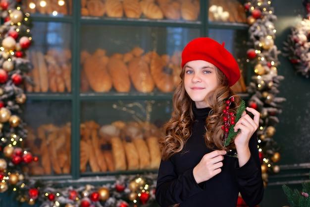 Jeune fille avec une branche d'arbre de noël