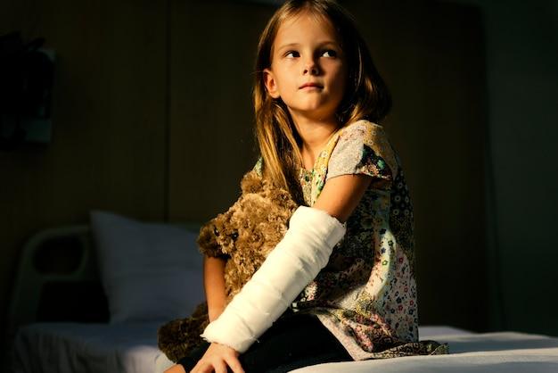 Jeune fille avec un bras cassé