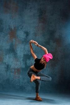 Jeune fille break dance sur bleu.