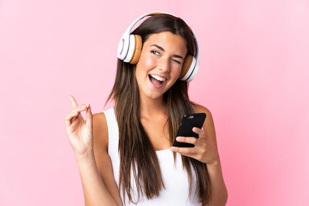 Jeune fille brésilienne isolée à l'écoute de la musique avec un mobile et le chant