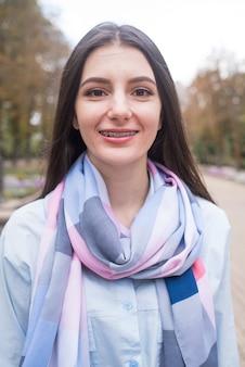 Jeune fille, à, bretelles, sourire