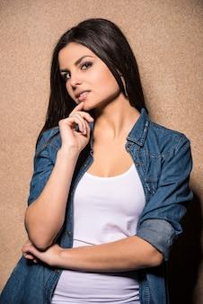 Jeune fille brune beauté cherche