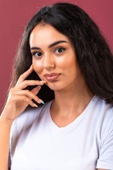 Jeune fille brune faisant la promotion du style et des coiffures de maquillage d'automne