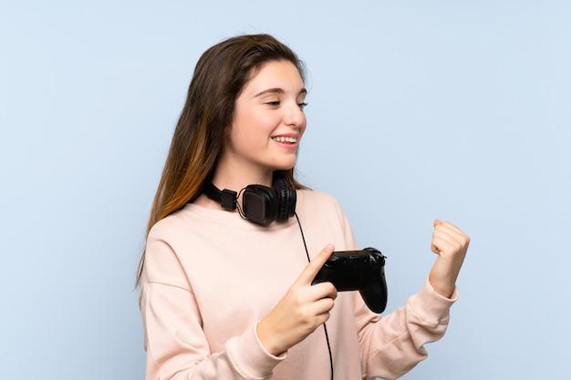 Jeune fille brune jouant aux jeux vidéo