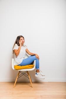 Jeune fille brune parlant au téléphone