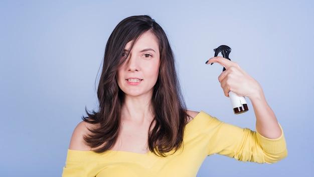 Jeune fille brune prenant soin de ses cheveux