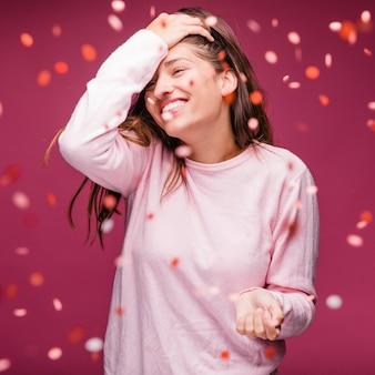 Jeune fille brune souriante avec des confettis