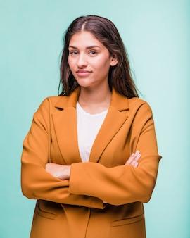 Jeune fille brune souriante posant avec manteau