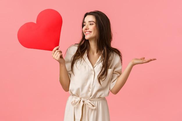 Jeune fille brune tenant coeur rouge
