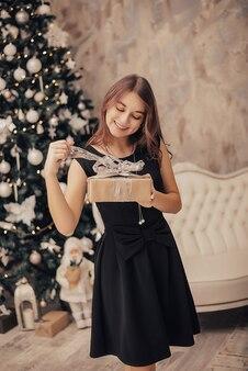 Jeune fille avec des cadeaux de noël. nouvelle année