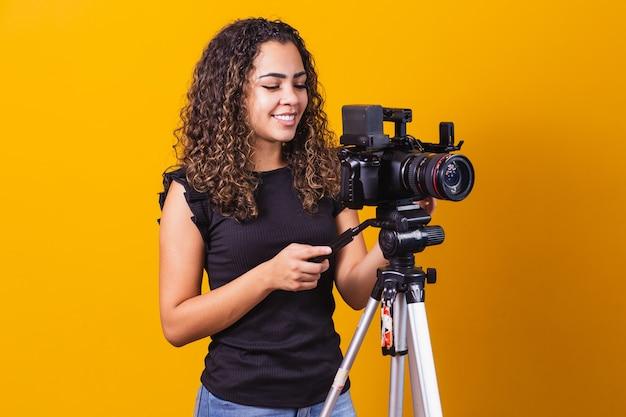 Jeune fille avec une caméra cinématographique. directeur de cinéma