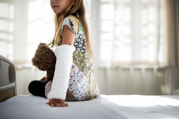 Jeune fille caucasienne avec bras cassé dans un plâtre
