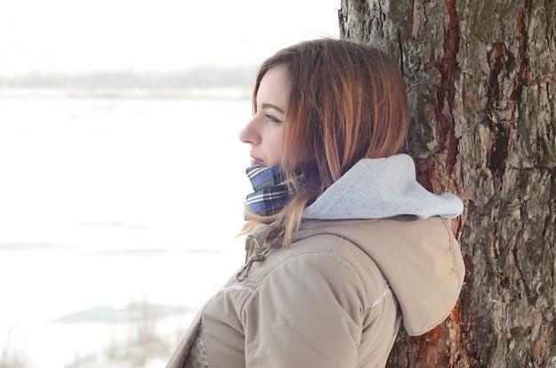 Une jeune fille caucasienne dans un manteau brun