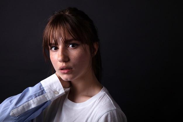 Jeune fille caucasienne qui pose en studio