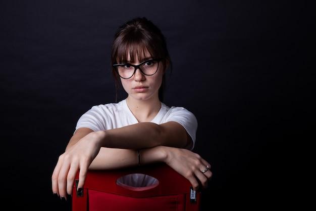 Jeune fille sur chaise rouge