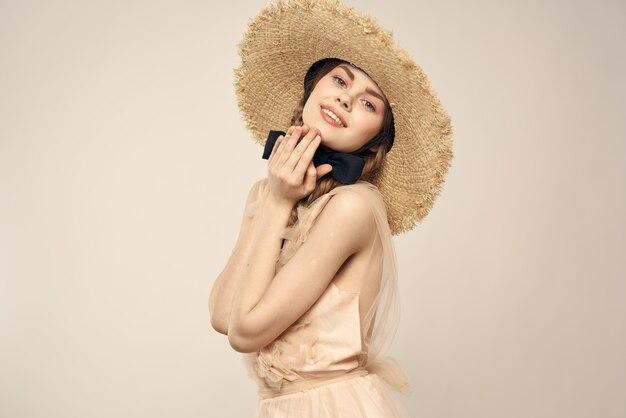 Jeune fille avec un chapeau vintage de paille