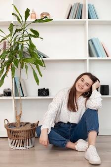 Jeune fille en chemise blanche et plante