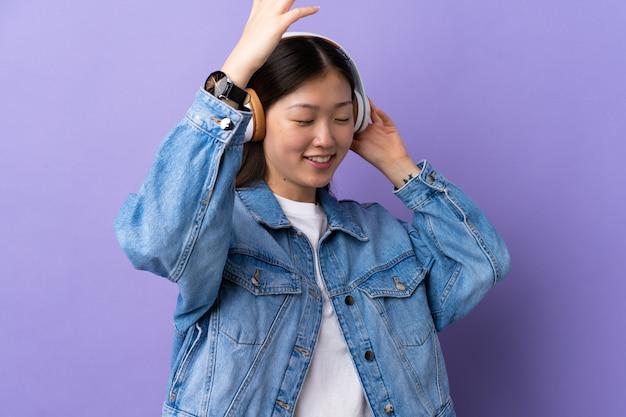 Jeune fille chinoise isolée écoutant de la musique et de la danse