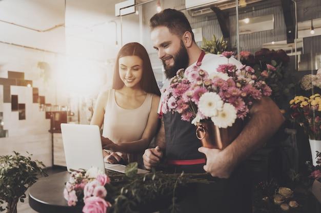 Jeune fille choisit l'option bouquet sur ordinateur portable