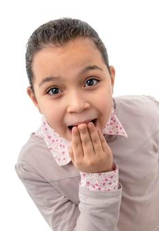 Jeune fille choquée sur fond blanc