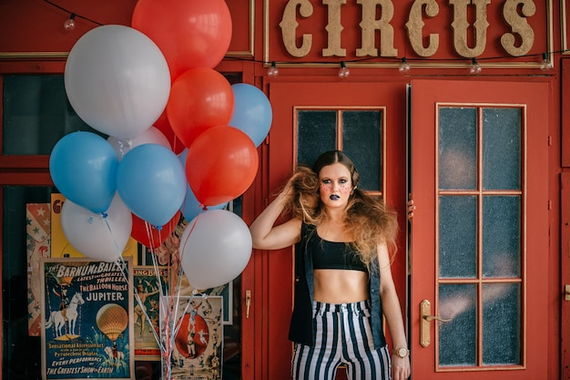 Jeune fille clown en studio d'horreur