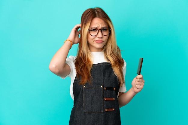 Jeune fille de coiffeur sur fond bleu isolé ayant des doutes