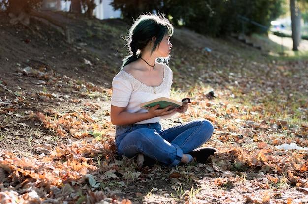 Jeune fille sur une colline ensoleillée