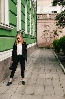Une jeune fille en costume classique. sujets d'affaires