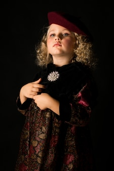Jeune fille en costume démodé marron