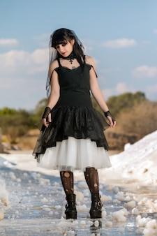 Jeune fille en costume gothique