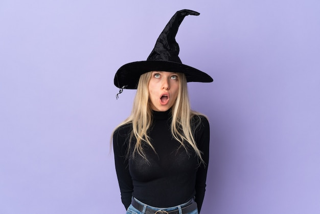 Jeune fille en costume d'halloween