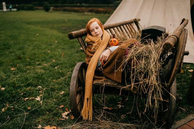 Jeune fille couchée dans un chariot arrière du village