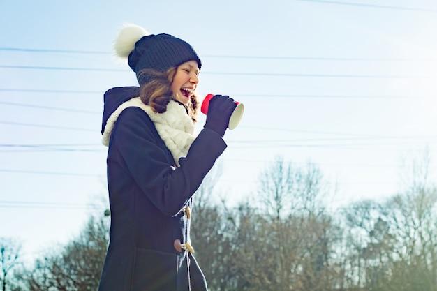 Jeune fille crier dans un gobelet en papier mégaphone
