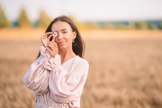 Jeune fille dans un champ de blé un jour d'été