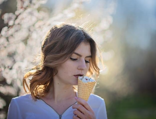 Jeune fille dans la nature avec de la glace aux fleurs