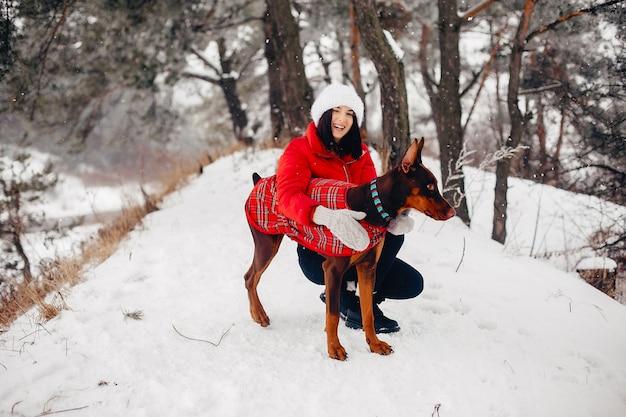 Jeune fille dans un parc d'hiver