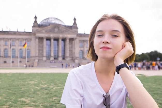 Jeune fille dans un t-shirt blanc dans le contexte du reichstag