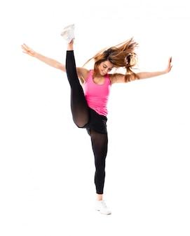 Jeune fille danse sur blanc isolé