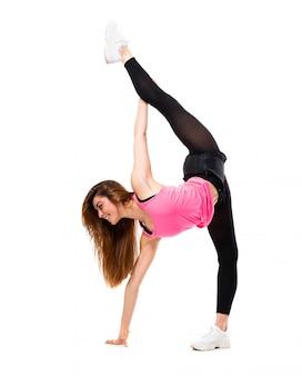 Jeune fille danse sur étirement blanc isolé