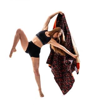 Jeune fille danse avec kimono