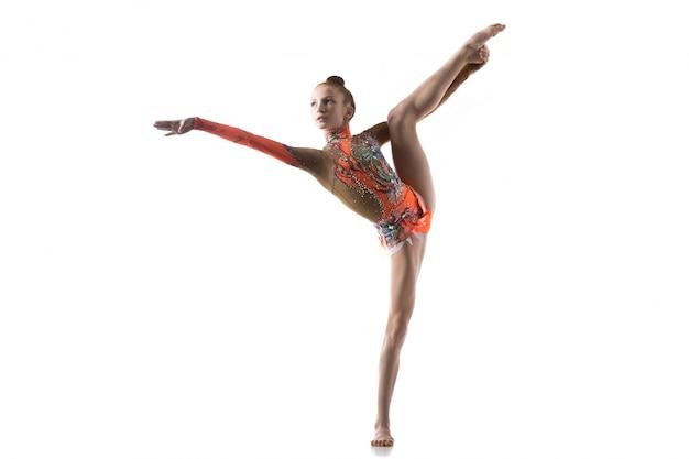 Jeune fille danseuse faisant des divisions debout