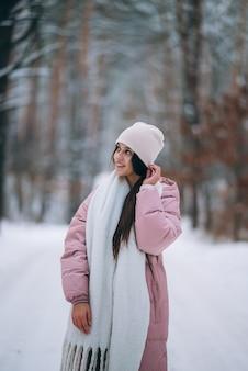 Jeune fille debout au milieu de la route enneigée