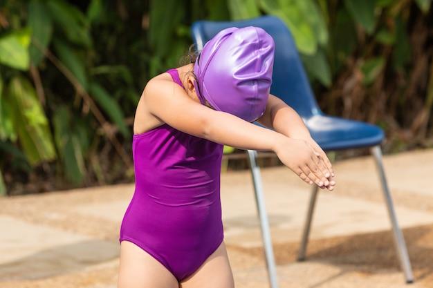Jeune, fille, debout, monter, pose, prêt, nager, piscine, local