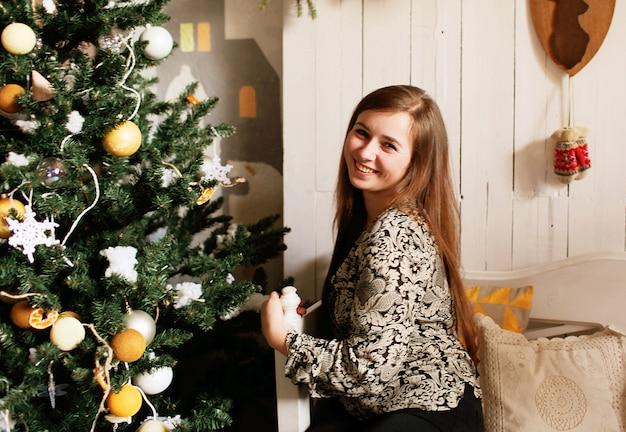 Jeune fille avec des décorations de noël
